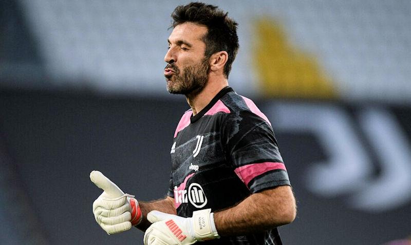 Buffon indossa guanti da portiere Puma